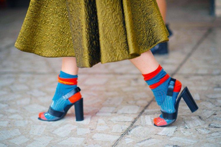 цветные носки с туфлями