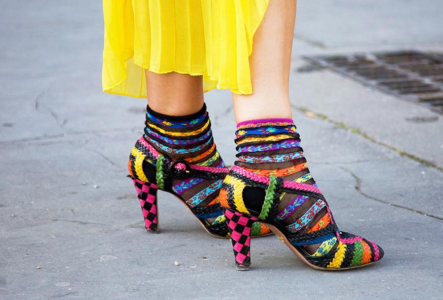 разноцветные носки с туфлями