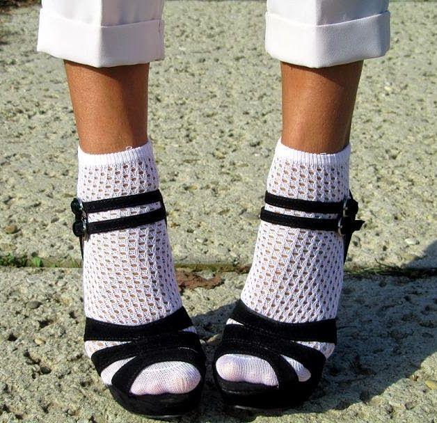 черные босоножки и белые носки
