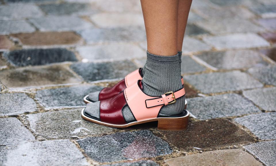 открытая обувь с носками