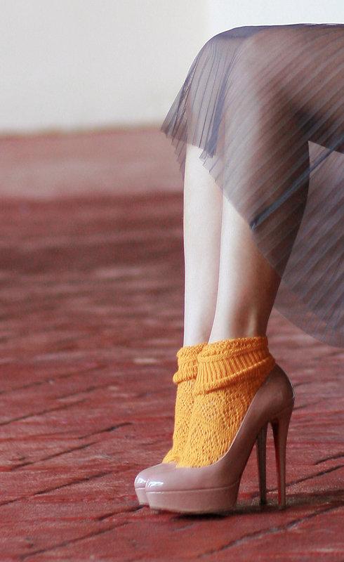 туфли с желтыми носками