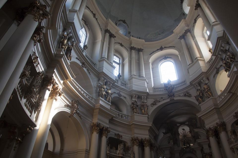 Внутреннее же убранство храма изобилует пышным лепным оттененным золотом декором в барочном стиле