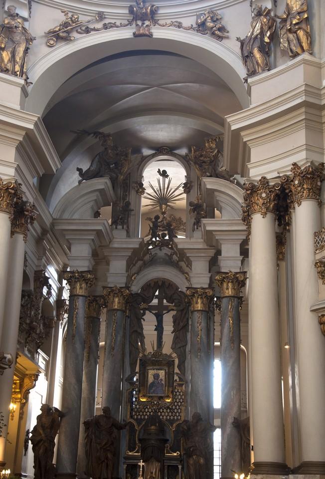 галереи и лоджии, опирающиеся на колонны по периметру эллиптического пространства.