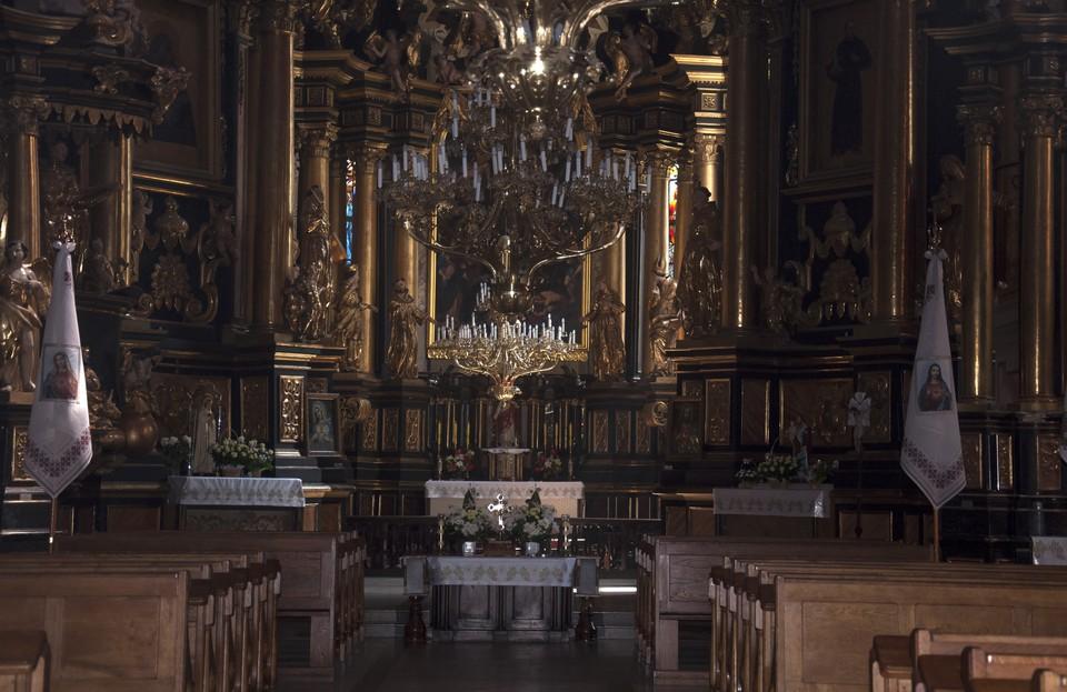 Внутреннее оформление храма завораживает богатыми росписями, деревянными резными алтарями и статуями святых.