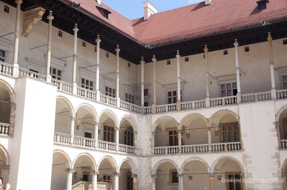 Внутренний двор с галереями в Вавельском королевском замке width=